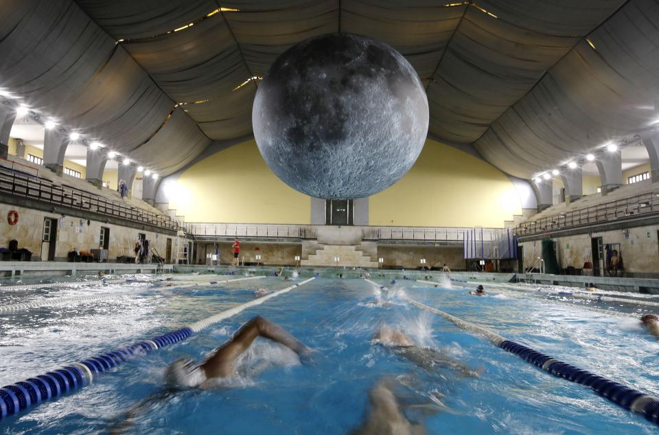 "Luke Jerramche ""Museum of the Moon"" im Cozzi-Schwimmbad in Mailand"
