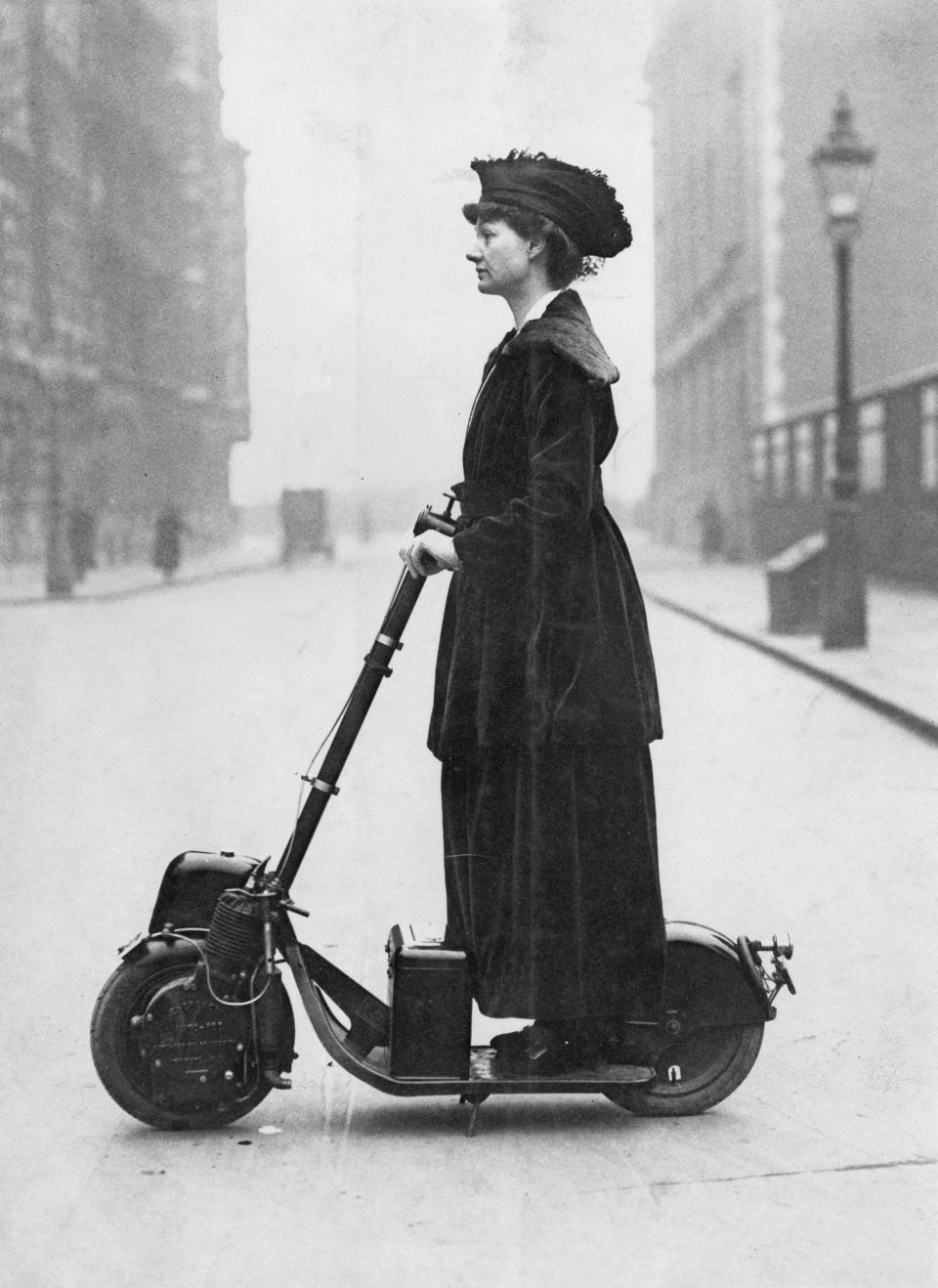 Florence Lady Norman auf ihrem motorisierten Scooter in London, ca 1916