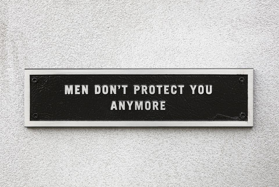 "Jenny Holzer ""Survival: Men don't protect you anymore"", 1984, Ansicht Kolonnadenhof, Museumsinsel Berlin, 2020"