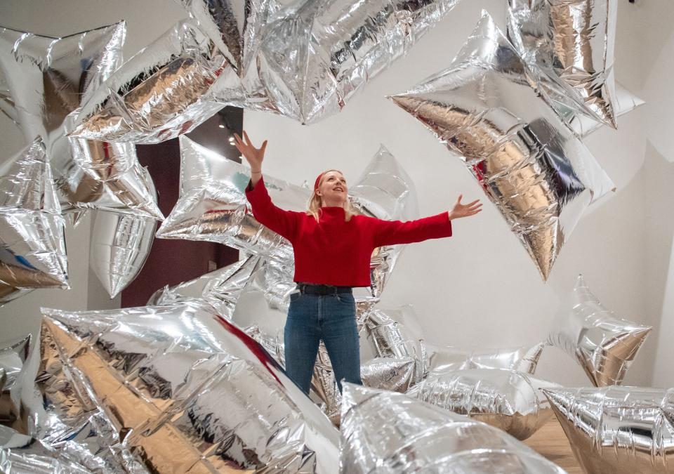 "Besucherin in Andy Warhols Installation ""Silver Clouds"" in der Londoner Tate Gallery of Modern Art"