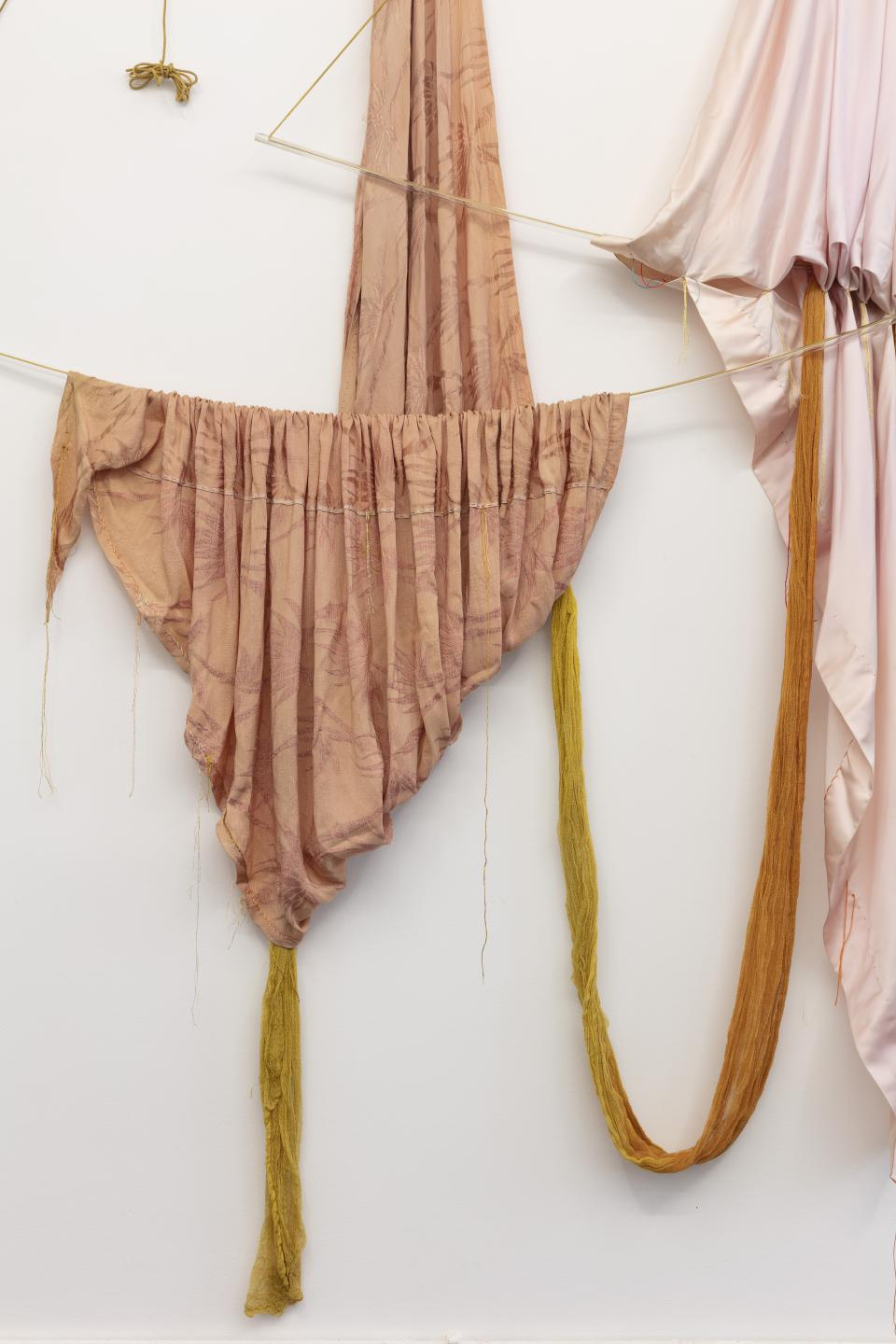 "ChertLüdde ""Rosemary Mayer, Rods Bent Into Bows—Fabric Sculptures and Drawings 1972—1973"", Installationsansicht, 2020"