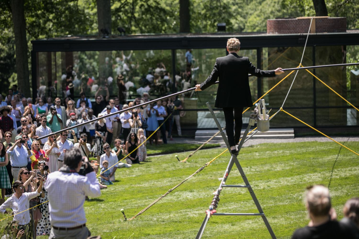 "Philippe Petit performt am ""Glass House"" in New Canaan, Conneticut"