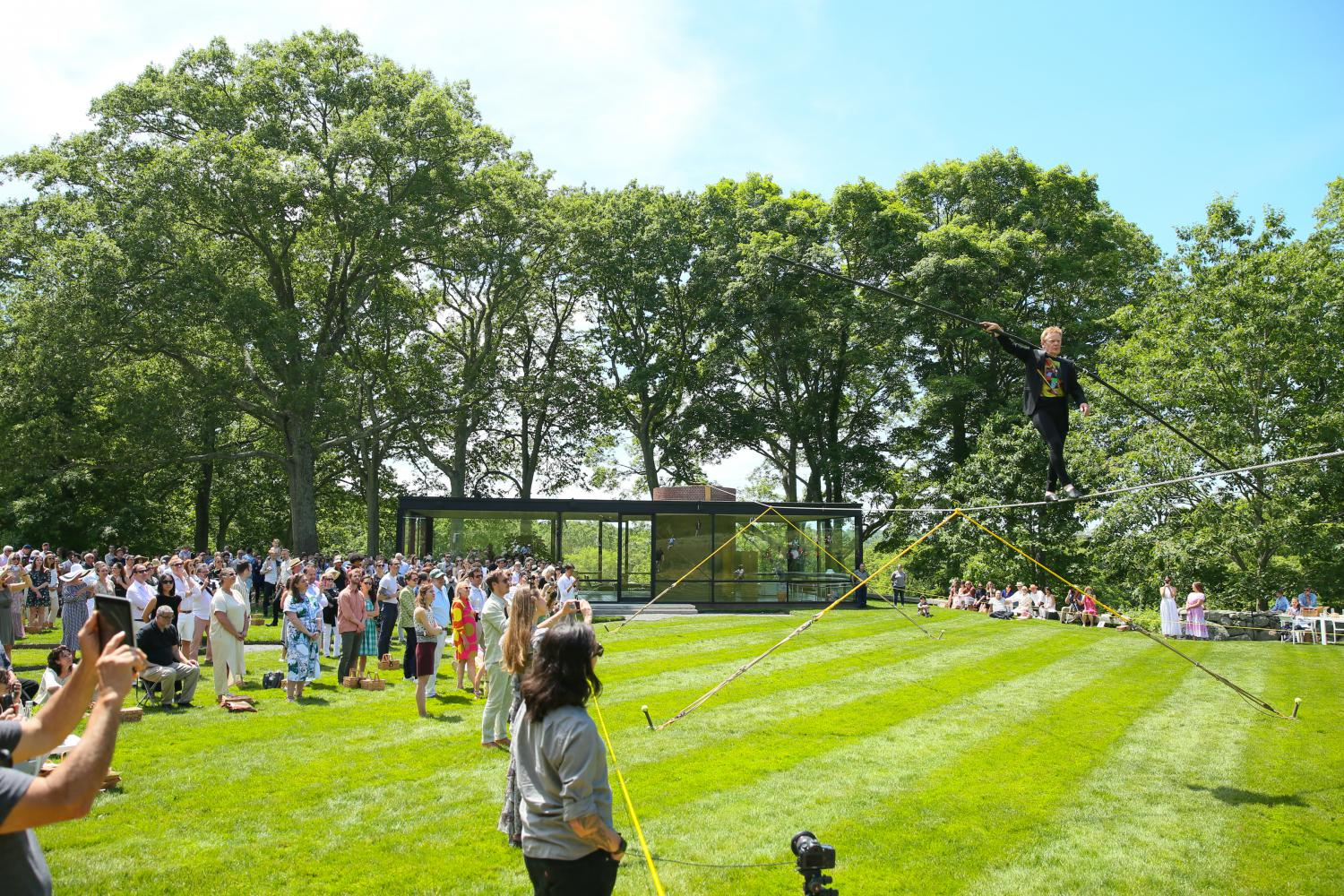 "Philippe Petit performt zum 70. Geburtstag des ""Glass House"" in New Canaan, Conneticut"