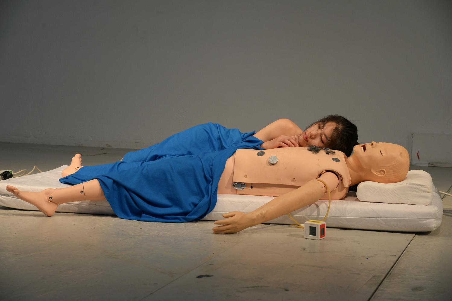 "Geumhyung Jeong Performanceansicht ""CPR Practice"", 2013"