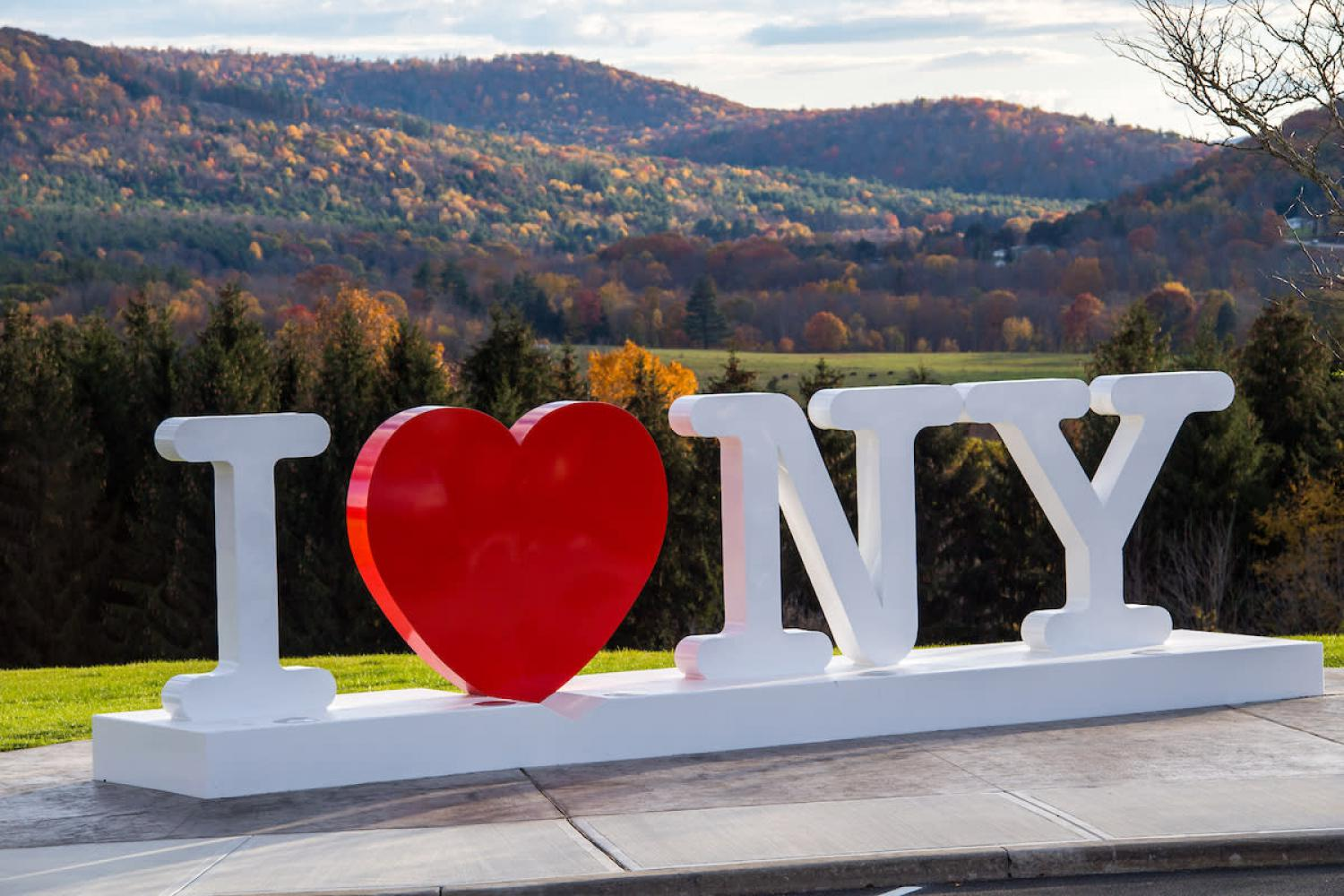 """I Love New York""-Skulptur am Southern Tier Welcome Center in Kirkwood, New York"