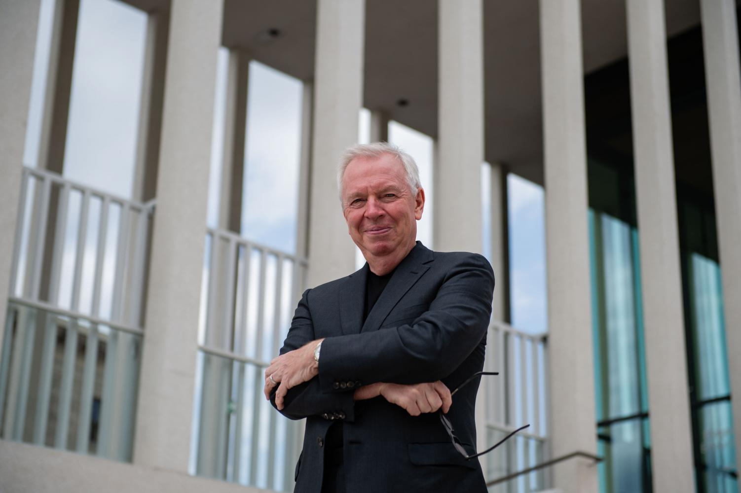 Architekt David Chipperfield vor der James-Simon-Galerie