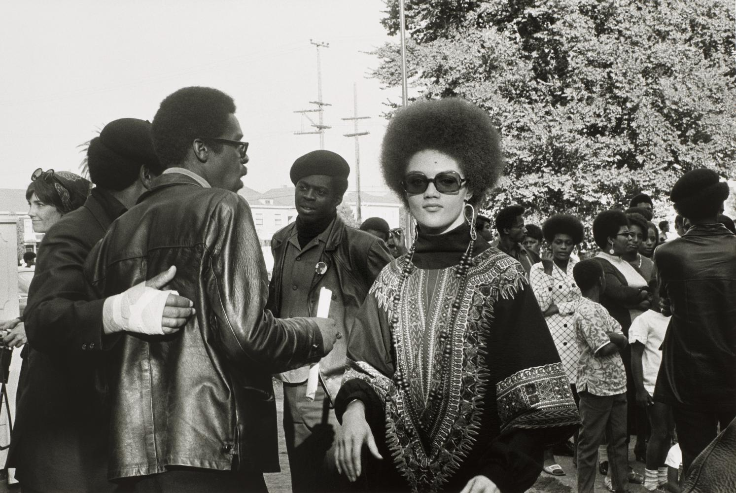 "Kathleen Cleaver und Black Panthers (Befreit-Huey- Kundgebung, Bobby Hutton Memorial Park, Oakland, CA, 22. September 1968, aus: ""Black Panther""), 1968–1969"