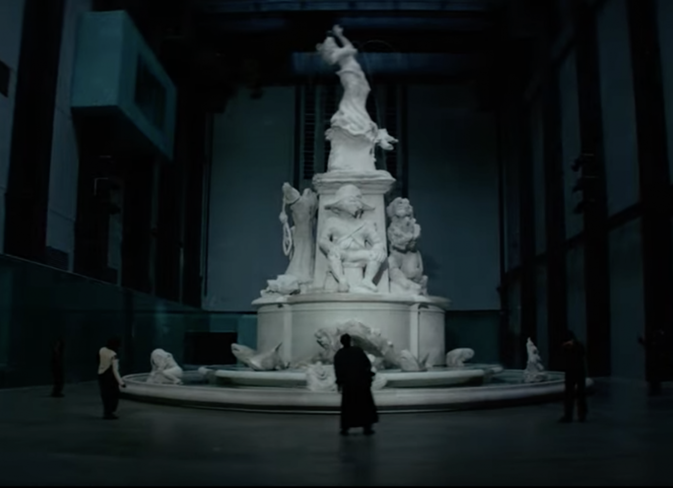 "Screenshot aus FKA twigs Video ""Don't Judge Me"" mit Kara Walkers Brunnenskulptur ""Fons Americanus"" in der Londoner Tate Modern"